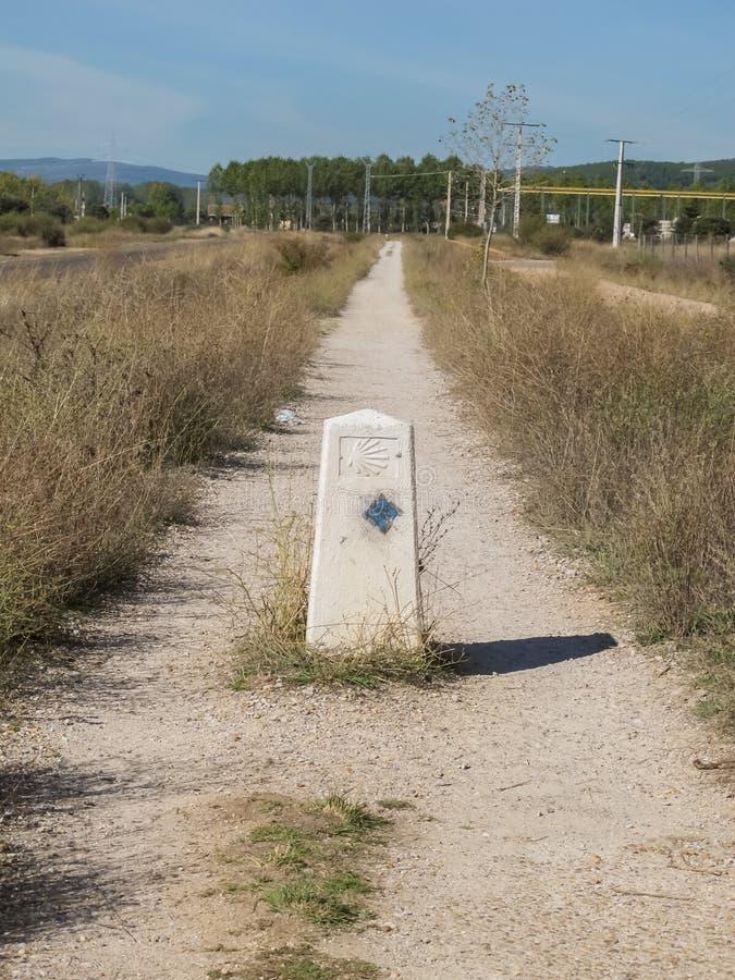 Estiramiento del Camino de Santiago en España a través de un campo foto de archivo
