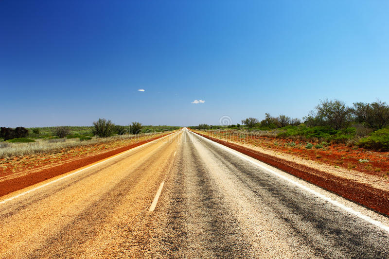Estiramiento largo del camino a través del australiano interior imagen de archivo libre de regalías