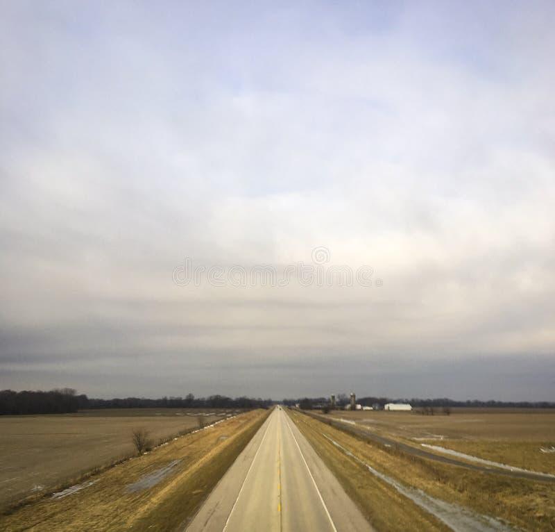 Estiramiento solo de U S rte 50 en Illinois, en un día de invierno frío fotos de archivo libres de regalías