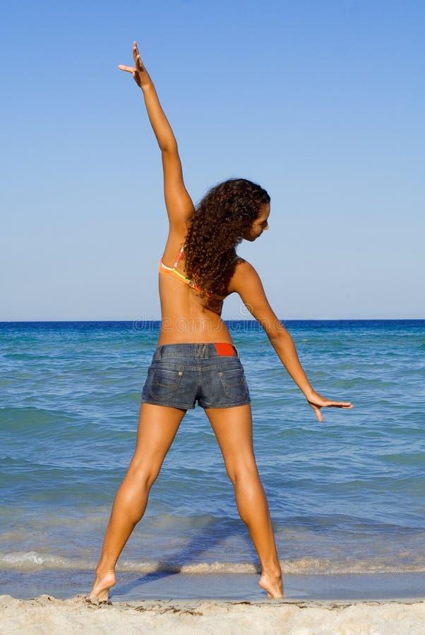 Estirar ejercicios en la playa imagenes de archivo