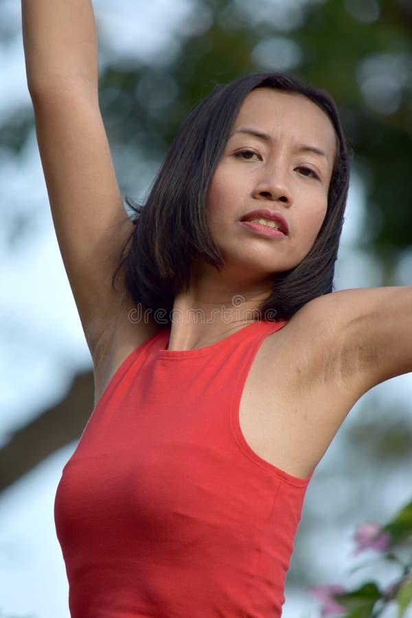 Estirar a la hembra asiática fotografía de archivo libre de regalías
