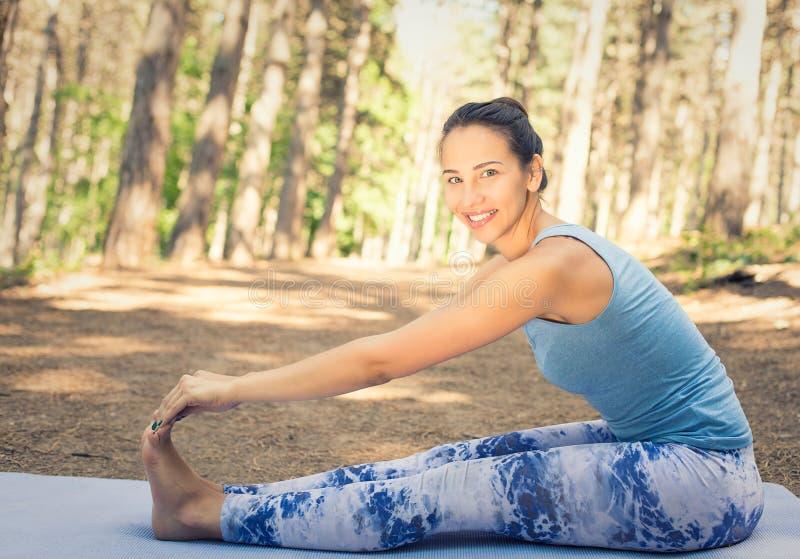 Estirar a la mujer en ejercicio al aire libre foto de archivo