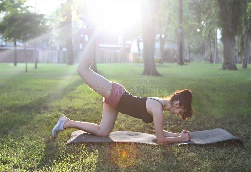 Estirar a la mujer en estiramiento que hace feliz sonriente del ejercicio al aire libre foto de archivo libre de regalías