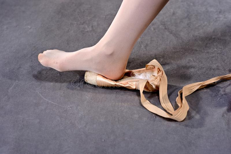 Estirar pies en los zapatos de Pointe imagenes de archivo