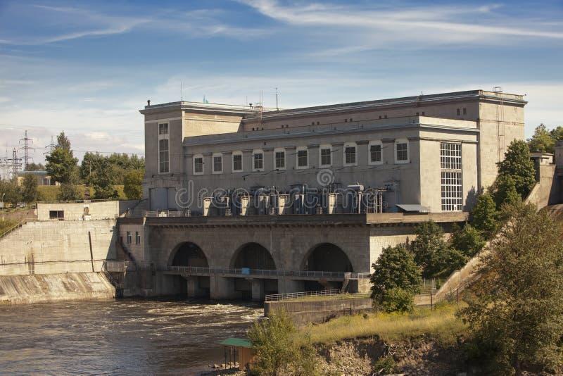 Estland Narva Waterkrachtcentrale op de rivier Narva stock foto