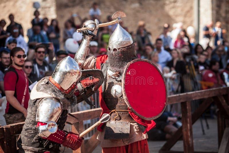 ESTLAND TALLINN - 04 JUNI, 2016: Turnering för stridighet för svärd för gammal Tallinn kopp internationell historisk royaltyfri foto