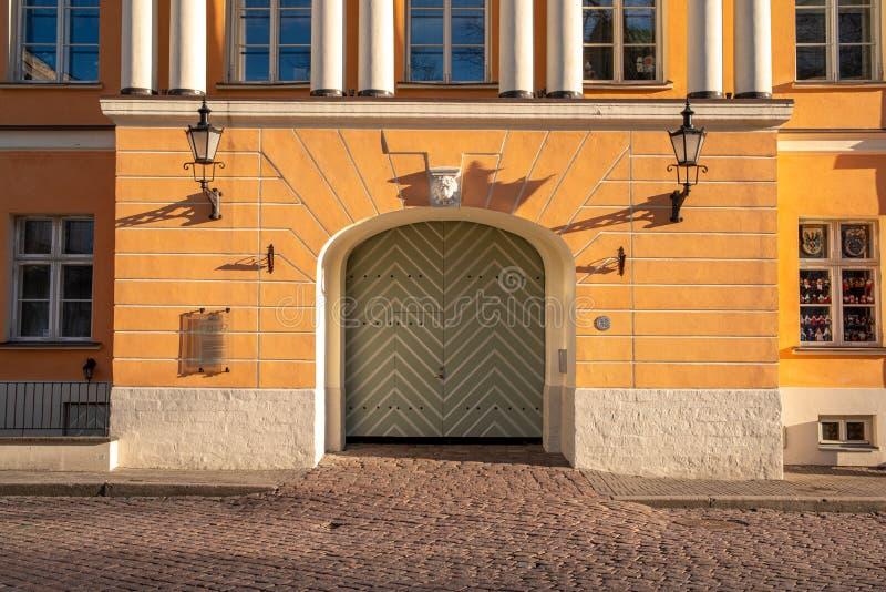 Estland Tallinn Toompea, gammal stadbyggnad royaltyfri foto