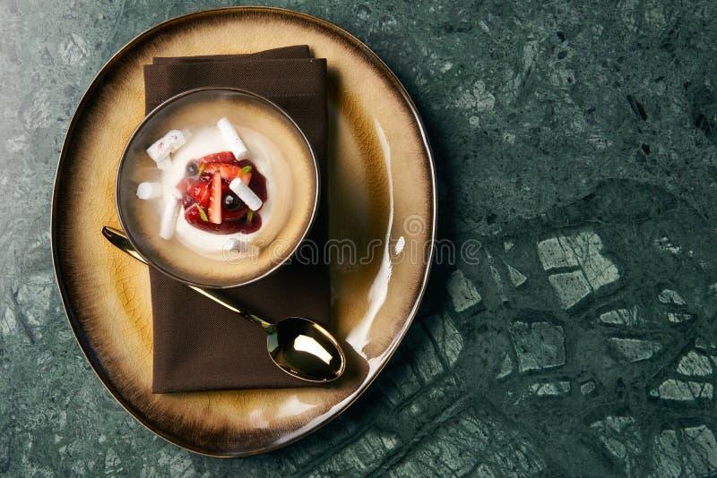 Estlands zoet dessert Kama met yoghurtmousse, wilde bessen stock foto