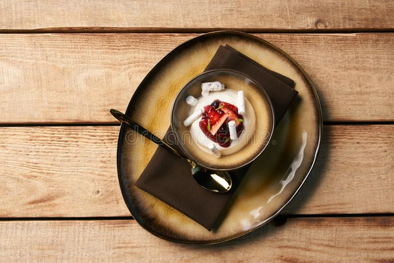Estlands zoet dessert Kama met yoghurtmousse, wilde bessen royalty-vrije stock foto's