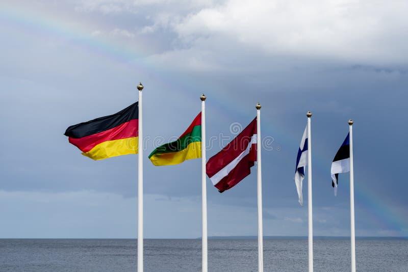 Estlandse, Finse, Litouwse, Letse en Duitse vlaggen die in de wind golven stock foto