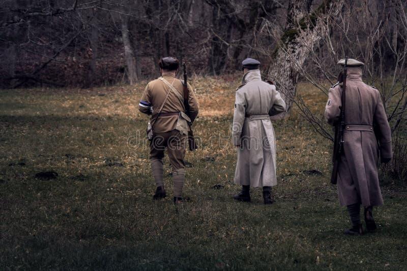 Estońscy żołnierze iść las zdjęcia stock