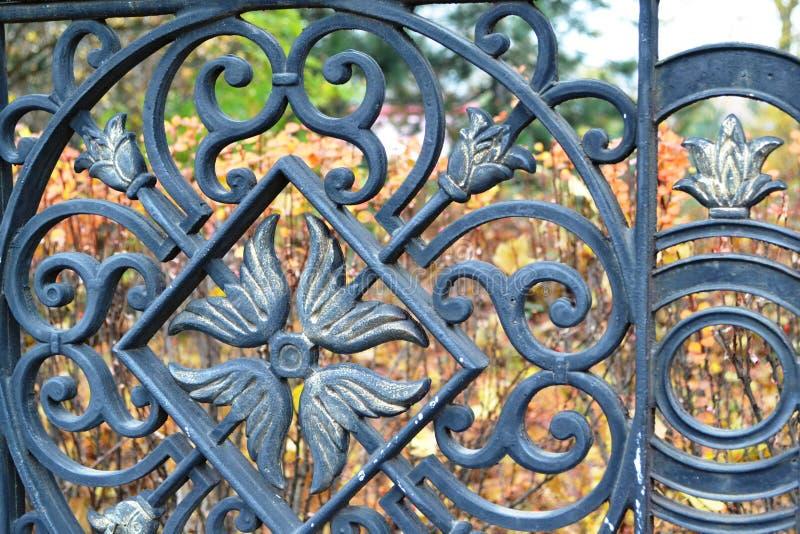 Esto es un detalle hermoso de la cerca del hierro labrado del metal en el parque, imagenes de archivo
