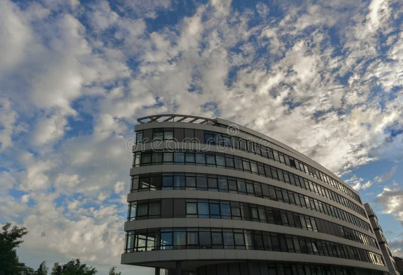 Esto es un edificio del negocio en Industriestrasse y cerca de la estación de tren fotografía de archivo libre de regalías