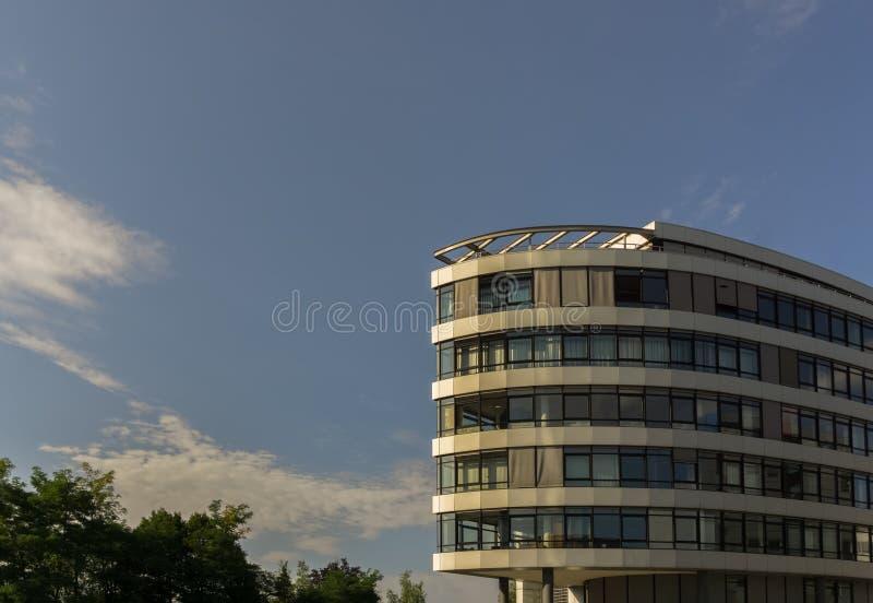 Esto es un edificio del negocio en Industriestrasse y cerca de la estación de tren imagenes de archivo