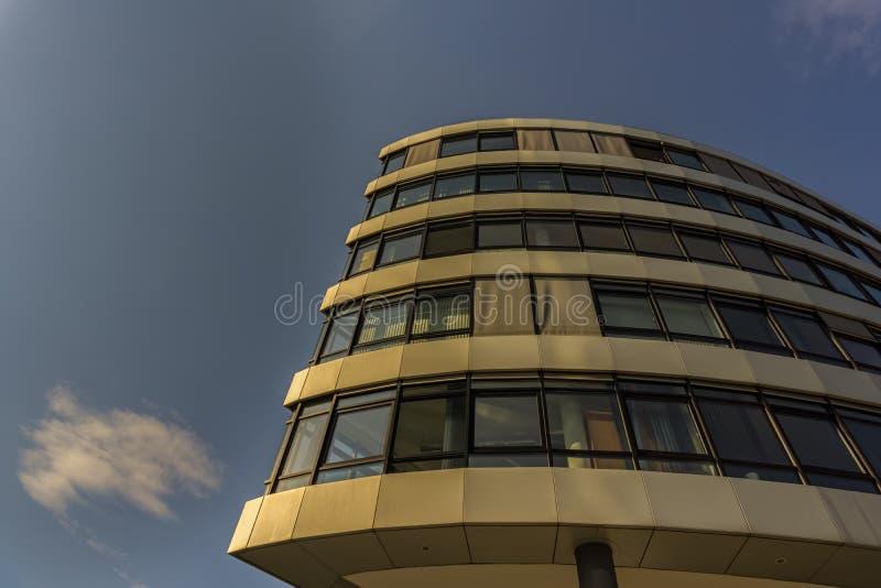 Esto es un edificio del negocio en Industriestrasse y cerca de la estación de tren imágenes de archivo libres de regalías