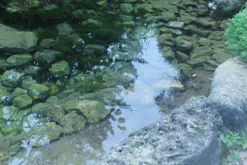 Esto es un lugar perfecto para meditar o para sumergir sus dedos del pie en el agua imagenes de archivo