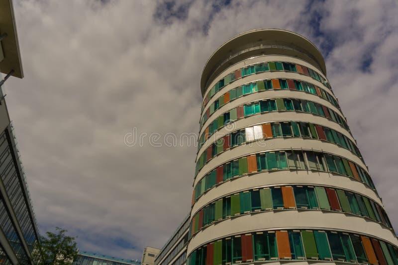 Esto es una torre moderna del negocio entre el parque y el Rueppurrer fotos de archivo