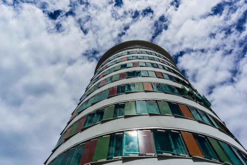 Esto es una torre moderna del negocio entre el parque y el Tor de Rueppurrer imagen de archivo libre de regalías