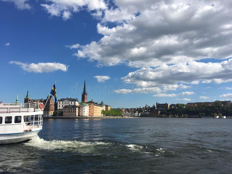 Estocolmo hermosa por el río imagenes de archivo
