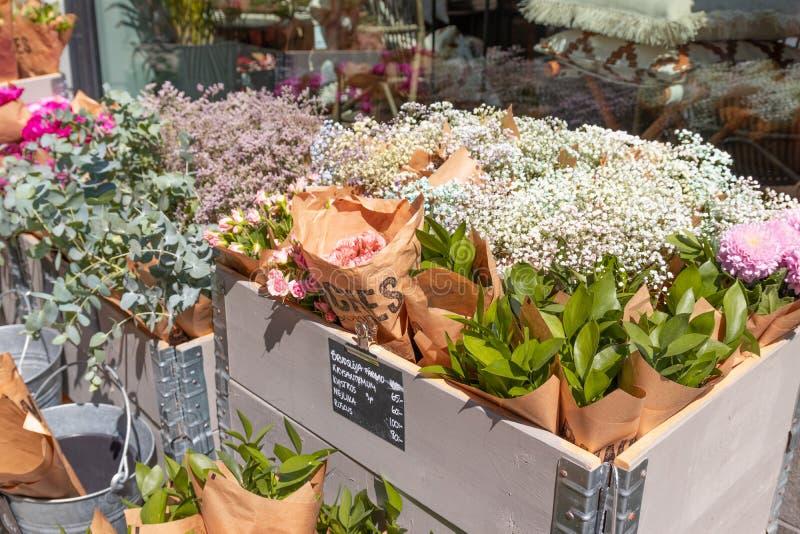 Estocolmo, Suécia, 7 de junho de 2019: Bouquets de flores com preço em floricultura foto de stock