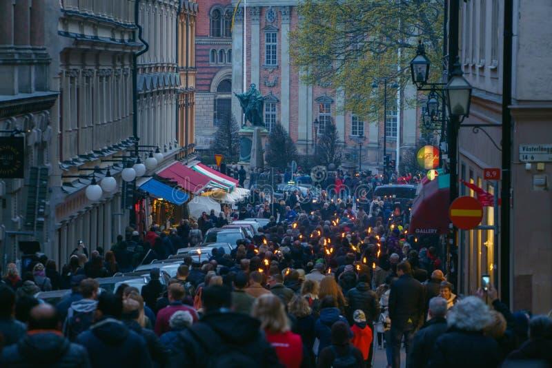 ESTOCOLMO, SUECIA - 30 DE ABRIL DE 2018: Celebración de la noche de Walpurgis, reunión de la gente en la calle con las antorchas  foto de archivo libre de regalías