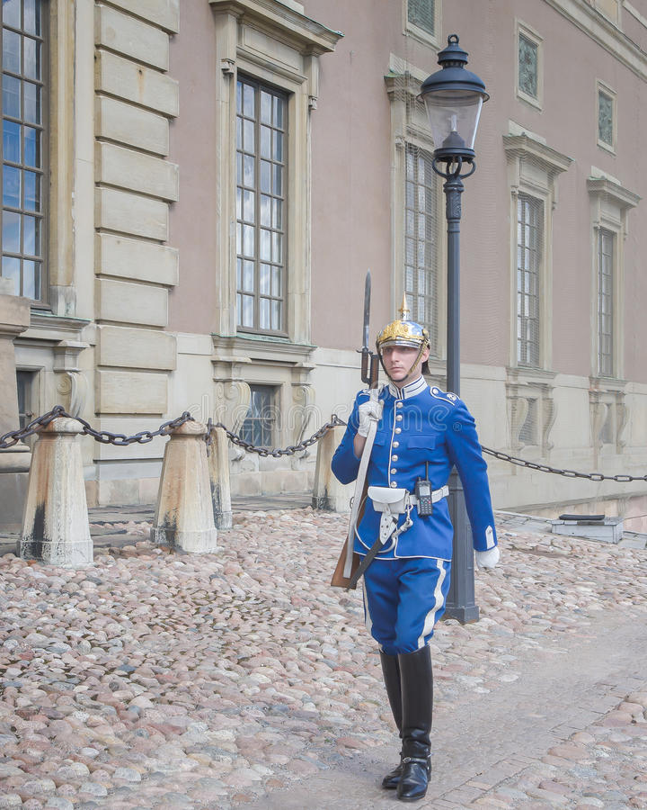 Estocolmo, Suecia - 18 de agosto de 2014 - guardia real en Royal Palace (en la ciudad vieja Gamla Stan), guardia principal en el  foto de archivo libre de regalías