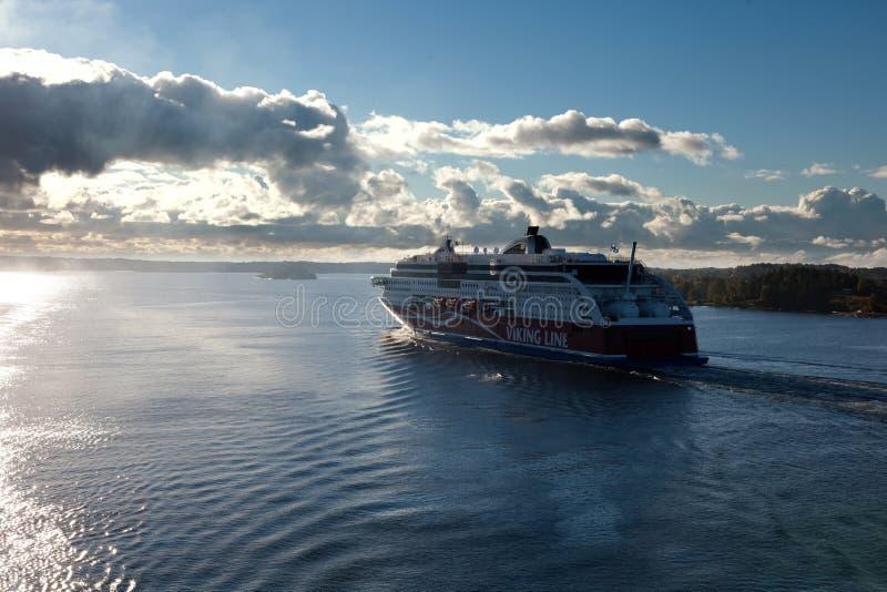 ESTOCOLMO, SUECIA 28 DE SEPTIEMBRE: Flotador del transbordador de Viking Line en los fiordos imagenes de archivo
