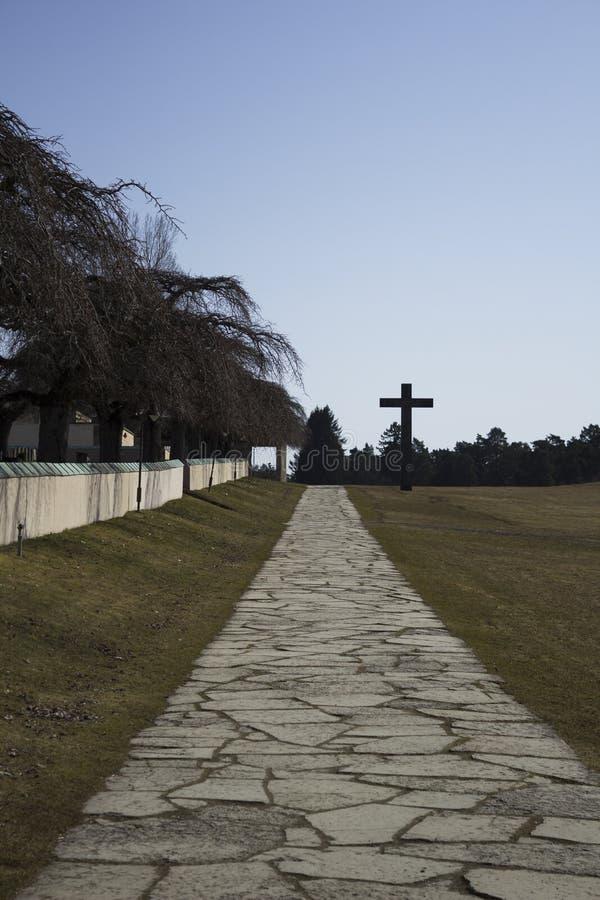 Estocolmo/Suecia - 14 Febrary 2018: Camino que lleva a la cruz del granito, en el patrimonio mundial de la UNESCO el cementerio d foto de archivo