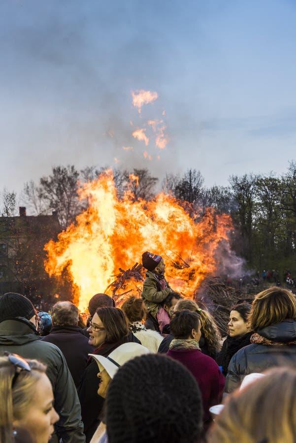 Estocolmo Suecia: Tradición del fuego de Valborg imagen de archivo libre de regalías