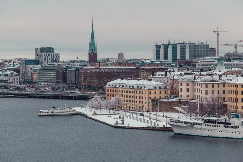 Estocolmo Suecia, vista de la ciudad y de la parte de los edificios viejos en un día de invierno nevoso imagenes de archivo