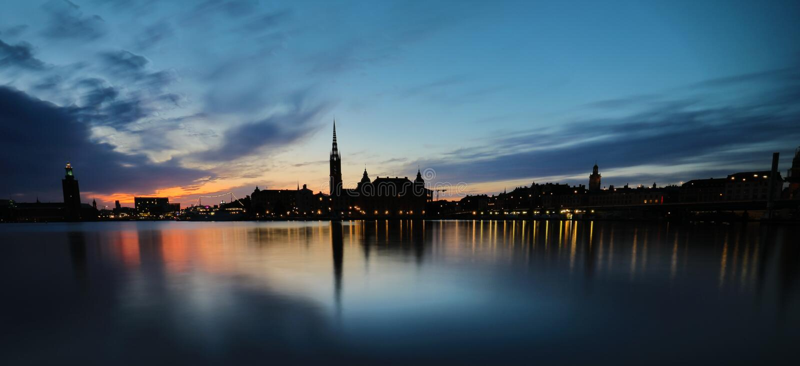 Estocolmo, visión panorámica sobre el pasillo viejo del pueblo y ciudad en la puesta del sol fotos de archivo libres de regalías