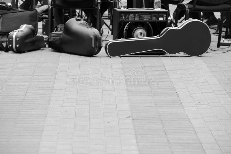 Estojo para o violoncelo, oradores da música, o outro equipamento musical Uma faixa que prepara-se para jogar na rua fotografia de stock royalty free