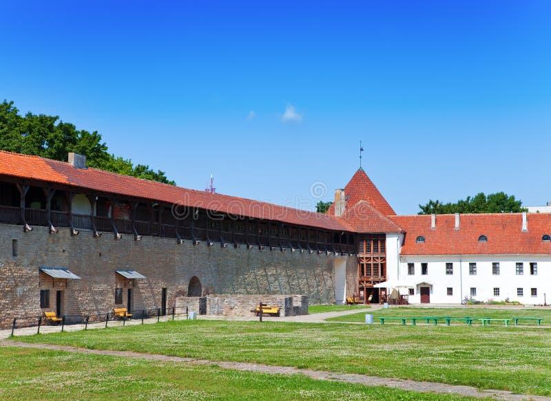 Estonia. Narva. Fortaleza antigua. Paisaje urbano en un día soleado foto de archivo