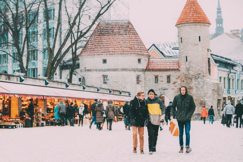 estonia tallinn Folk som går nära julXmas-marknad på bakgrund av den Viru porten i snöig dag för vinter arkivfoto