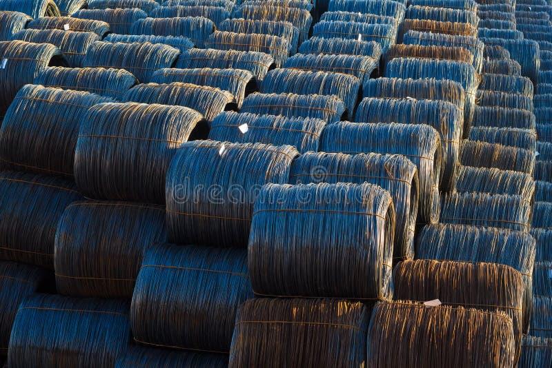 Estoque de rolos industriais do fio - tecnologia da fibra ótica do cabo da bobina mecânica imagem de stock
