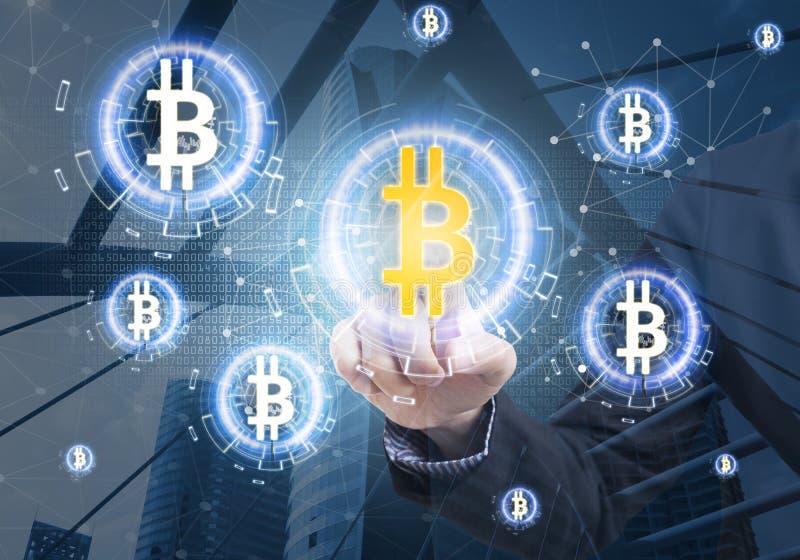 Estoque do bitcoin da oferta da imprensa da mão do negócio na tela virtual imagem de stock royalty free