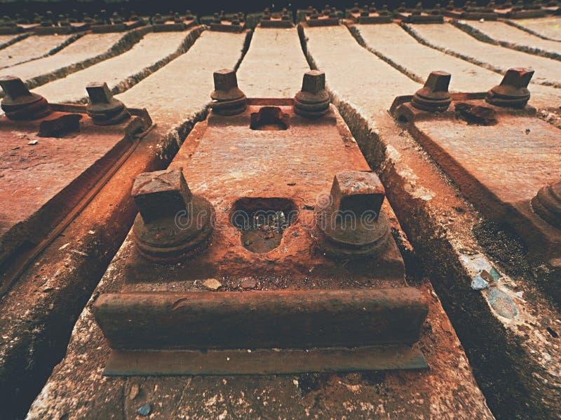 Estoque usado dos dorminhocos no depósito railway Laços railway concretos usados velhos, sujos e oxidados armazenados fotografia de stock