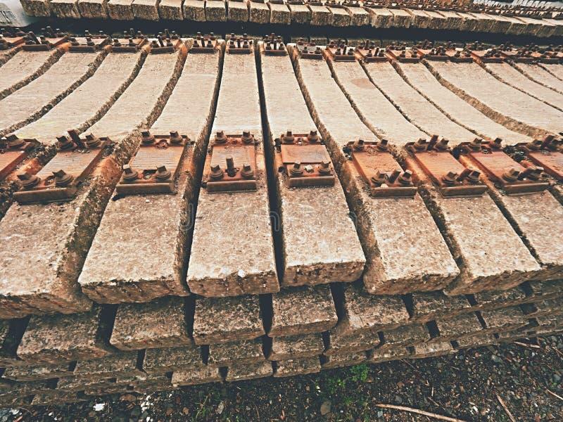 Estoque usado dos dorminhocos no depósito railway Laços railway concretos usados velhos, sujos e oxidados armazenados fotos de stock royalty free
