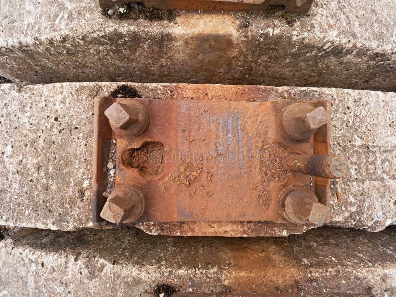 Estoque usado dos dorminhocos no depósito railway Laços railway concretos usados velhos, sujos e oxidados armazenados imagens de stock royalty free