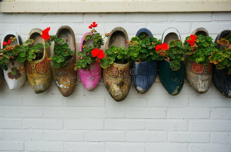 Estorbos de madera con las flores fotografía de archivo