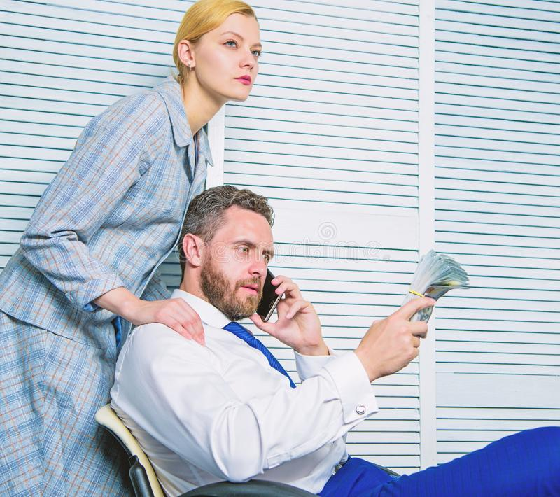 Estorsione dei soldi e di ricatto Concetto illegale di profitto dei soldi L'uomo parla il telefono cellulare per chiedere soldi C fotografie stock