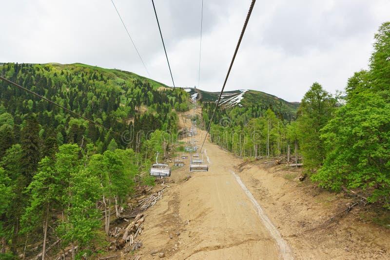 Estosadok,索契,俄罗斯- 6月10 2017年:新的驾空滑车滑雪胜地 库存图片