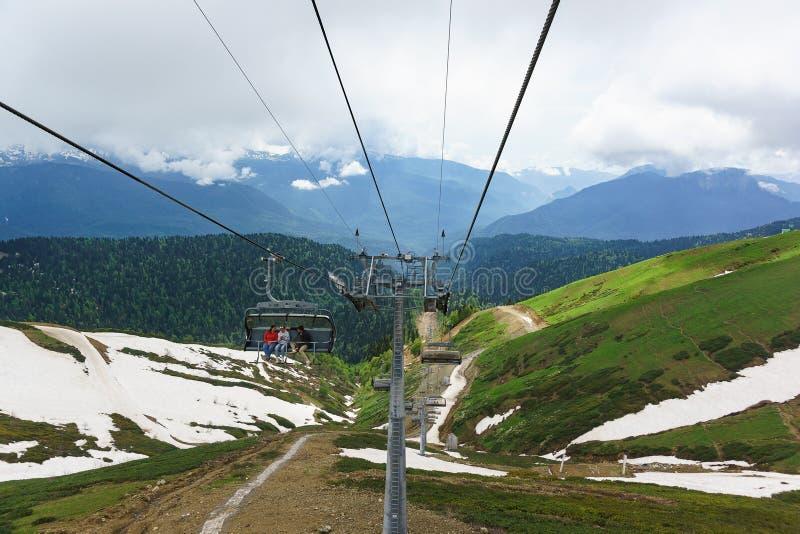Estosadok,索契,俄罗斯- 6月10 2017年:游人乘缆车攀登山对滑雪胜地 免版税库存照片