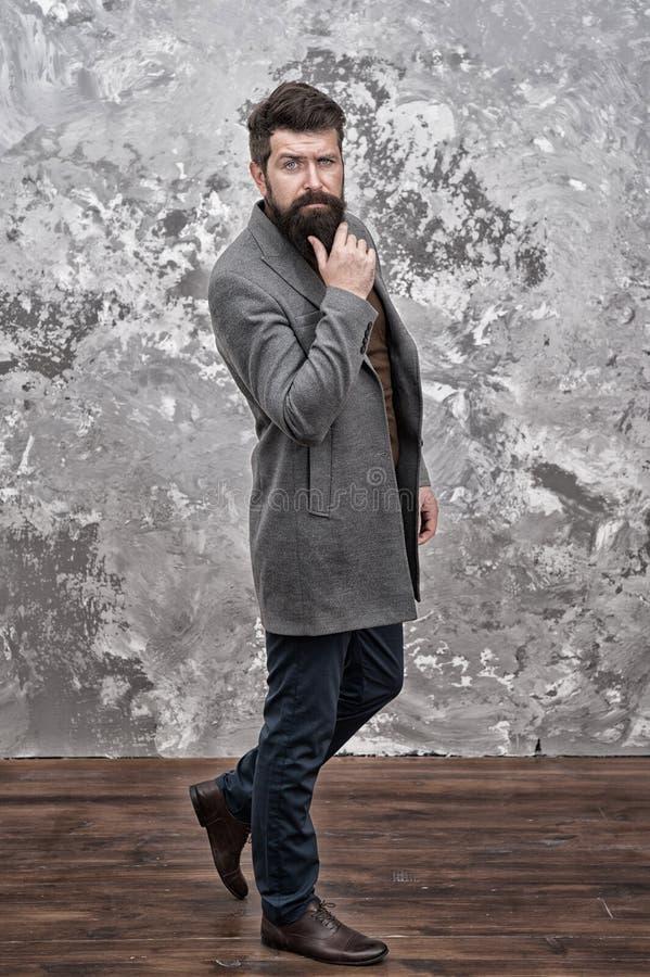 Estou esperando por você Estilo casual Roupas de outono hipster com barba Cara no casaco de outono Alterações de vestuário, por m fotos de stock