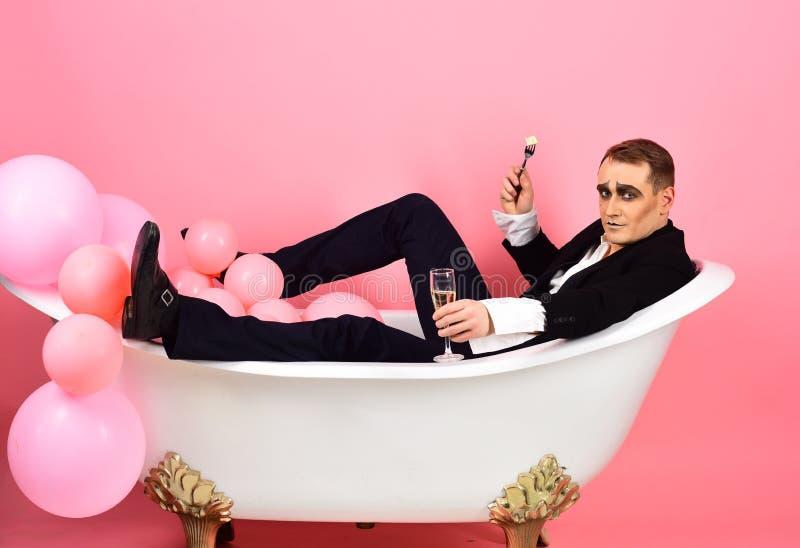 Estoy celebrando Imite al actor gozan el bañarse en tina de baño Baño y relajación Imite al hombre tiene partido de la celebració foto de archivo