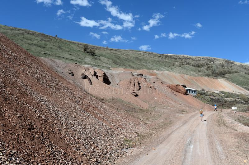 A estrada à mina de Aktash Montanha Altai imagem de stock royalty free