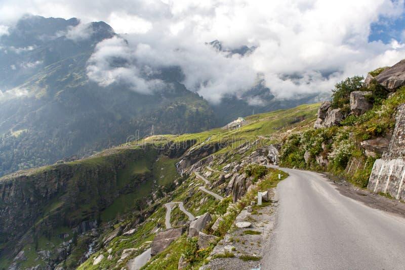 Estrada à passagem de Rohtang fotos de stock royalty free