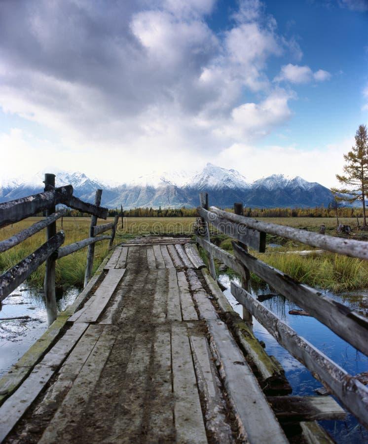 Estrada às montanhas. imagens de stock