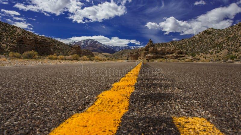 Estrada às montanhas fotografia de stock