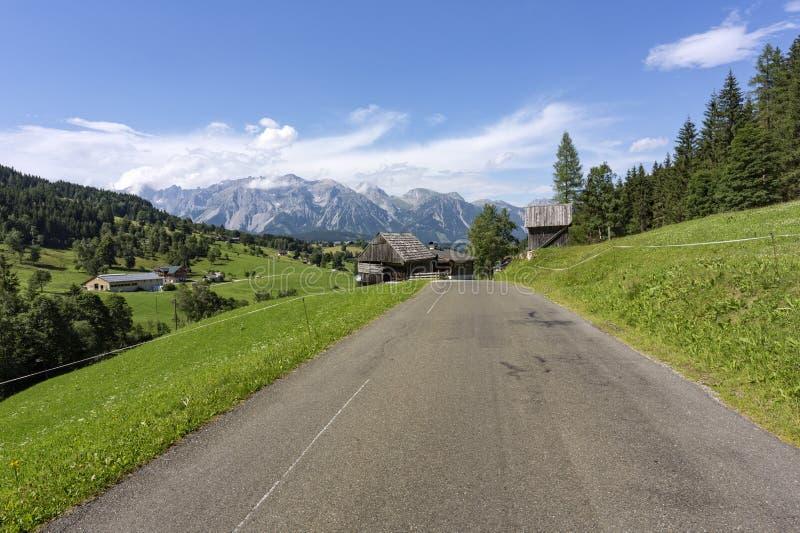 Estrada às montanhas de Dachstein em Áustria imagem de stock royalty free